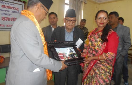 माननीय सांसद श्री गोकुल प्रसाद बाँस्कोटाज्यू नेपाल सरकारको सूचना तथा संचार प्रविधि राज्यमन्त्री पदमा नियुक्त्त हुनु भएको उपलक्ष्यमा बनेपा नगरपालिका द्वारा मायाको चिनो दिनु हुदै नगर प्रमुख तथा उप-प्रमुख ज्यू ।
